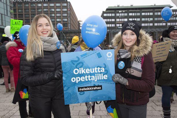 Elisa Ruohomäki ja Amanda Savolainen osallistuivat lauantaiseen mielenilmaukseen.