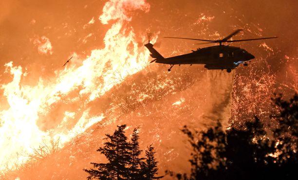 Tulen saartamiksi jääneet retkeilijät saatiin pelastettua helikoptereilla tiistaina.