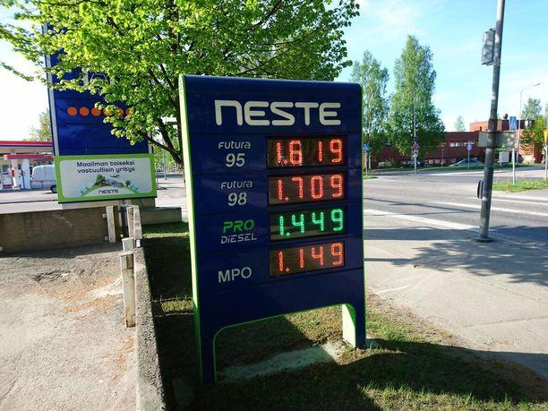 Lukijamme ihmetteli jo 20. toukokuuta hintojen nopeaa nousua. 98-oktaanisen hinta oli vielä pari viikkoa aiemmin ollut 1,42 euroa litralta.