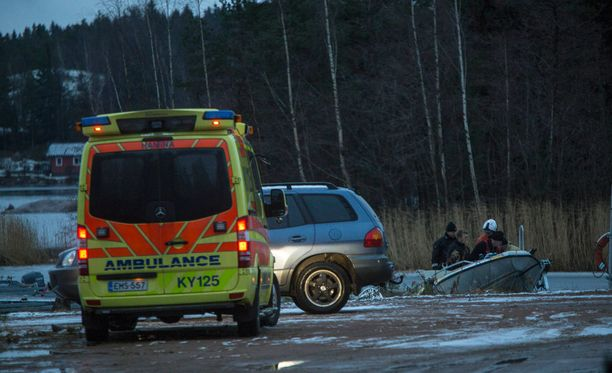 Pelastuslaitoksen yksiköt nostivat uhrin vedestä.