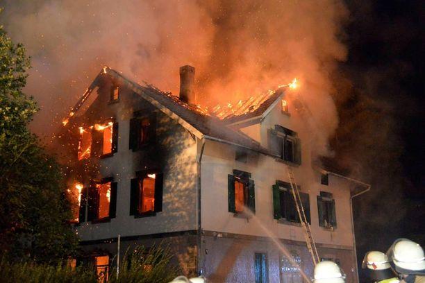 Turvapaikanhakijoille suunniteltu vastaanottorakennus paloi varhain maanantaiaamuna Weissach im Talissa. Tulipalon syytä tutkitaan.