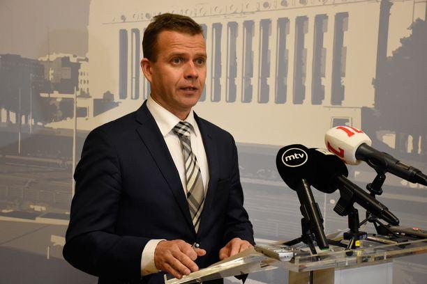 Petteri Orpon mukaan turvapaikanhakijat eivät enää pääse vaeltelemaan Suomeen, vaan käytännössä kaikki rekisteröidään Tornion järjestelykeskuksessa.