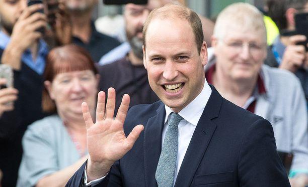 Prinssi William vilkutti yleisölle vieraillessaan perjantaina Manchesterissa.