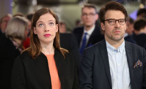 Vasemmistoliiton puheenjohtaja Li Andersson ja vihreiden puheenjohtaja Ville Niinistö huhtikuussa kuntavaalien vaalivalvojaisissa.