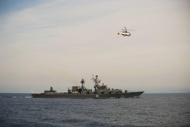 Venäjän laivaston helikopteri lensi ohjusristeilijä Varjagin ylitse Välimerellä.