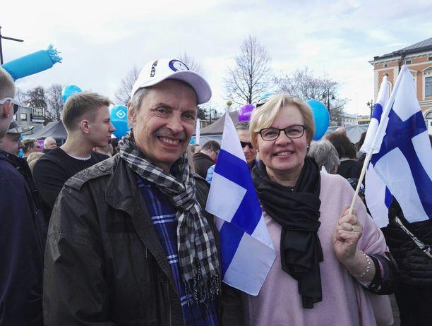 Hiihtäjä Perttu Hyvärisen vanhemmat Arja ja Esa Hyvärinen saapuivat juhlimaan Iivon kultamitalia. Perttu itse on lomamatkalla eikä päässyt mukaan juhlaan.