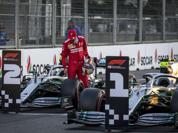 Sebastian Vettel tutkaili Lewis Hamiltonin ja Valtteri Bottaksen autoja lauantain aika-ajon jälkeen.