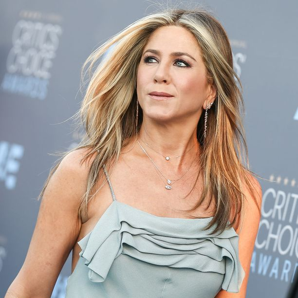 Aikamme suurimpiin hiusikoneihin lukeutuva Jennifer Aniston tunnetaan hunajaisen blondista, raidoitetusta tukastaan.