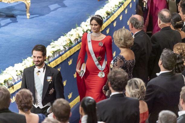 Prinssi Carl Philip ja prinsessa Sofia Nobel-seremoniassa.