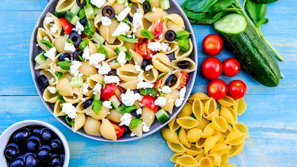 Kreikkalaisesta salaatista tutut maut toimivat hyvin myös pastaversiona.