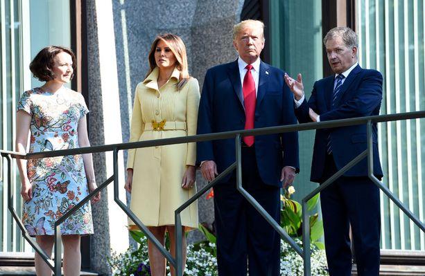 Kuvassa presidenttiparit Mäntyniemessä aamulla.