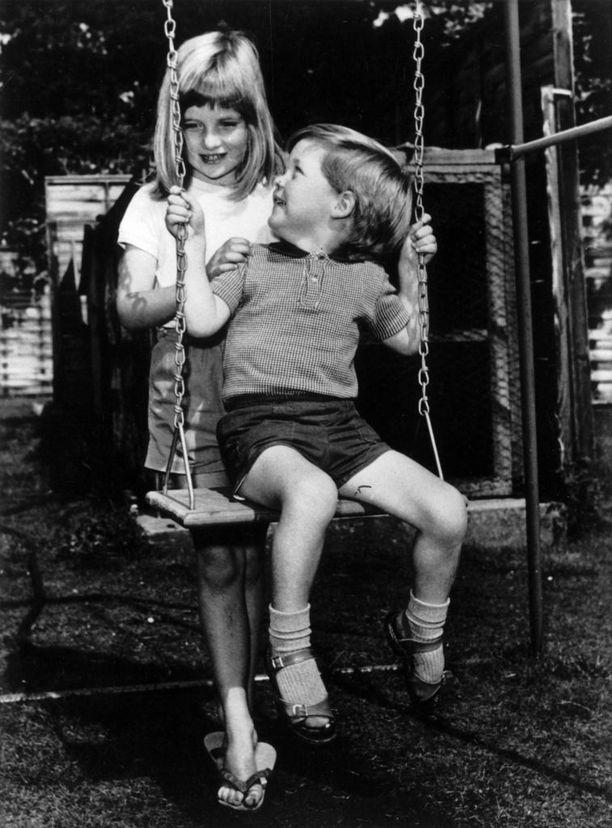 Vanhempien riitaisa avioero jätti jälkensä Dianaan. Hän joutui usein olemaan lohduttoman pikkuveljensä tukipilari.