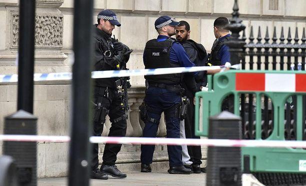 Poliisi pidätti yhden miehen lähellä parlamenttia Whitehallissa.