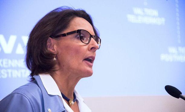 Liikenneministeri Anne Bernerin mukaan lakiuudistuksen myötä sanktiomaksu olisi jatkossa jopa pienempi kuin nykyisessä rikesakkolaissa.