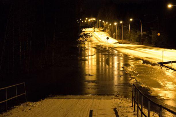 Jäätyessään vesi muutti tiet hengenvaarallisiksi.