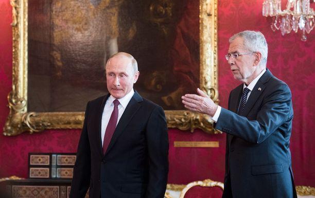 Venäjän presidentti Vladimir Putin (vas.) ja Itävallan presidentti Alexander Van der Bellen kahdenvälisessä tapaamisessa Wienissä tiistaina.
