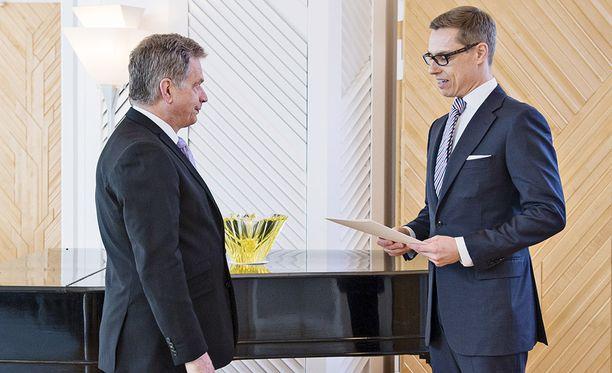 Paavo Väyrynen väittää Sauli Niinistön tehneen selväksi Juha Sipilän hallitusta muodostettaessa sen, että hän ei halua Stubbia ulkoministerin paikalle. Kuva on otettu huhtikuun lopussa 2015, jolloin Niinistö myönsi eron Stubbin hallitukselle.