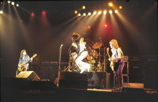 Rhoads soitti Ozzy Osbournen kahdella ensimmäisellä soololevyllä.