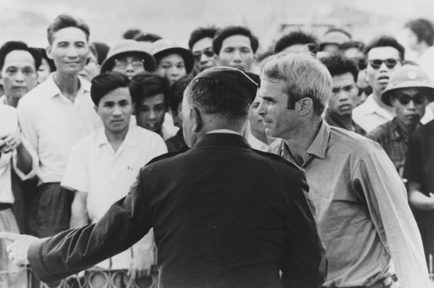 McCain vapautettiin sotavankeudesta Vietnamissa maaliskuussa 1973.