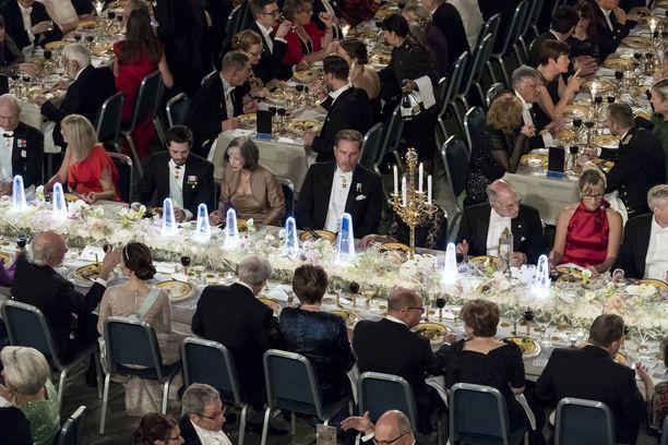 Nobel-illallisten loistetta. Chris O'Neill keskellä.