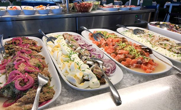 M/S Finlandian buffet-pöytään kuuluu laaja kattaus kalaruokia.