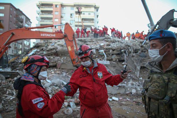 Romahtaneiden rakennusten alta löytyy yhä eloonjääneitä Izmirissä.