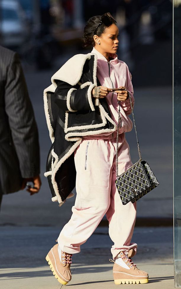 Rihanna nostaa collegepukunsa tasoa yhdistämällä sen luksuslaukkuun ja nahkatakkiin. Yhtenäinen pinkki, söpöä.