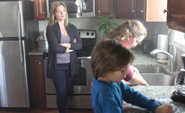 Pahat äitipuolet -sarjassa nähdään myös dramatisoituja kohtauksia aikalaisten kuvailujen ja haastattelujen ohella.