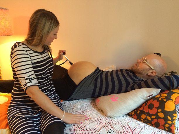 """Heikki kävi """"vauvavatsansa"""" kanssa kätilö Jenna Hellsténin pakeilla."""
