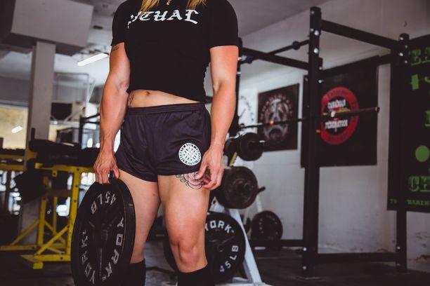 Lowes on kannustanut varsinkin naisia treenaamaan kovilla painoilla. Lihakset eivät tee kropasta epänaisellista, kuntovalmentajana ja ravitsemusneuvojana työskentelevä nainen korostaa.