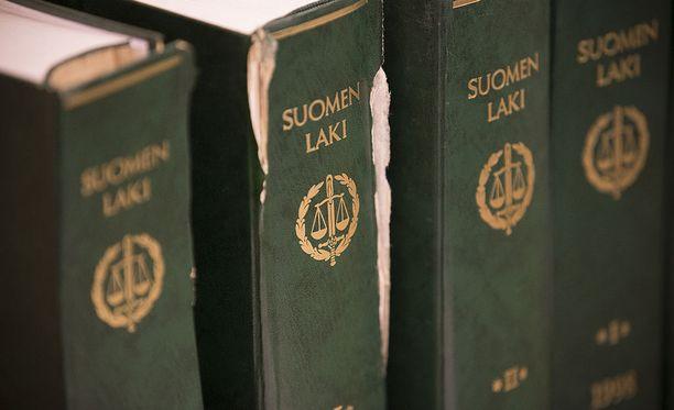 Syytetty vetosi rikoslain kohtaan, jonka mukaan aloitetun hyökkäyksen torjumiseksi tarkoitettu puolustusteko on sallittu.