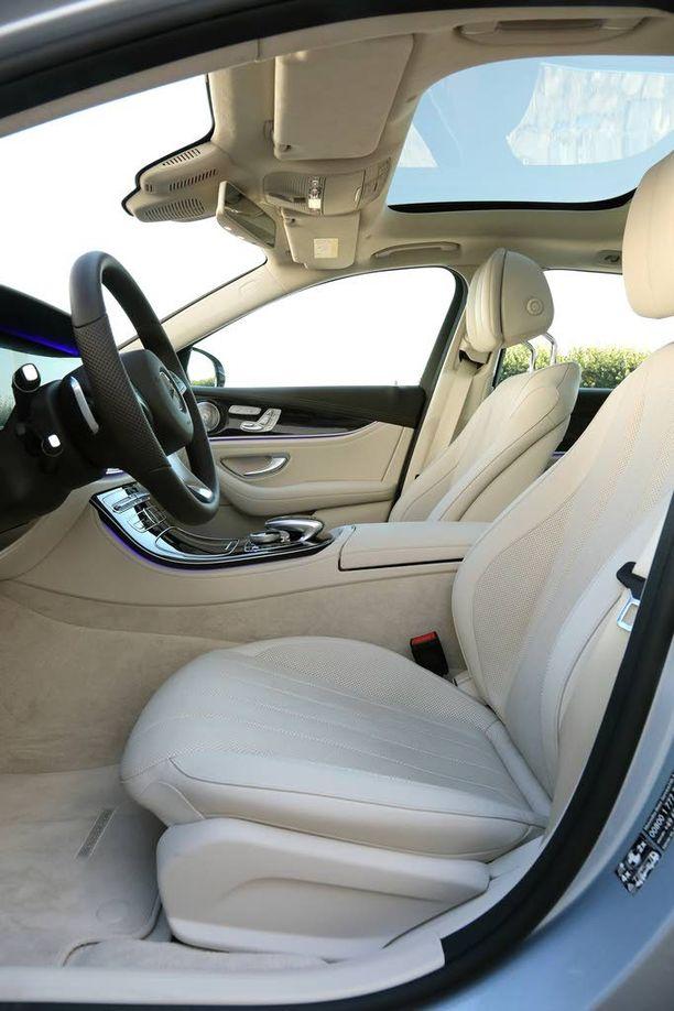 Etutilat ovat samanlaiset kuin sedan-E:ssä: istuimet ovat hyvät ja kuljettajan työskentelyympäristö mallikelpoinen.