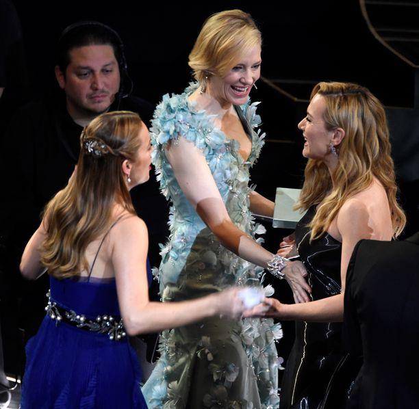 Blanchett taputti Winsletin vatsaa, ja raskaushuhut saivat alkunsa. Vasemmalla tuore Oscar-voittaja Brie Larson.