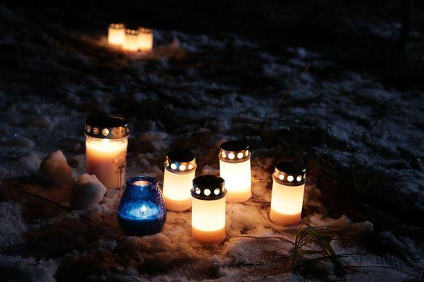 Illalla turmapaikalle tuotiin kynttilöitä.