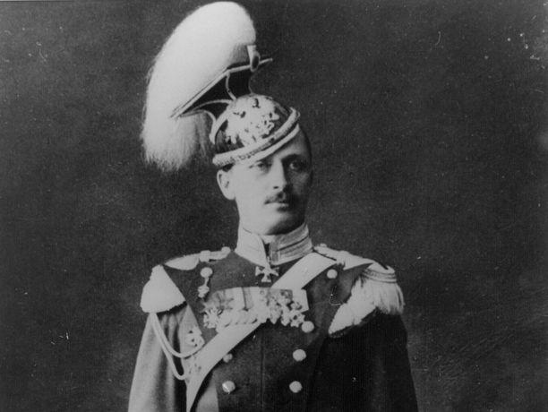 Mannerheim ulaanirykmentin juhlaunivormussa vuonna 1909 tai 1910.