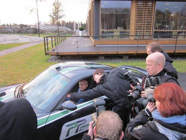 AMMATTIMIES Heikki Kovalainen ohjasti eilen Porvoossa Porschea, jonka takapenkillä poukkoili toimittaja videokamera kädessään.