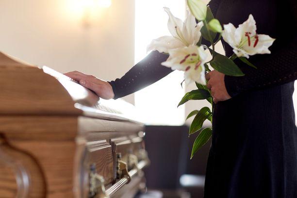 Marjutin kastajaisvalmistelut vaihtuivat hautajaisten järjestelyyn kesällä 2002. Kuvituskuva.