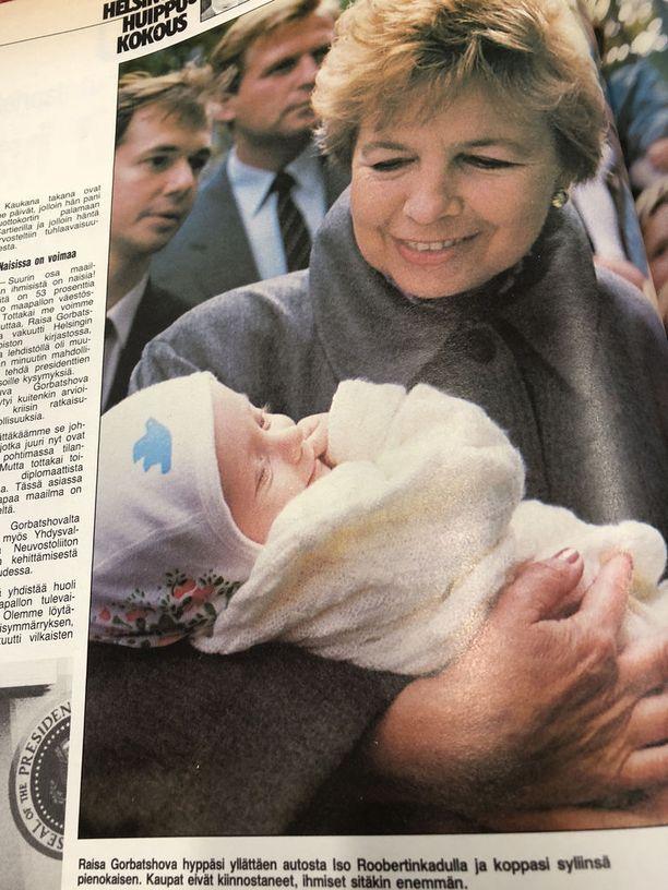 Raisa Gorbatshova sylitteli vauvaa Helsingin keskustassa. Vauvan nimi ei ole tiedossa.