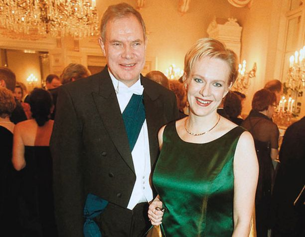Paavo Lipponen yllätti Linnan juhlissa vuonna 1999 kantamalla Suomen Valkoisen Ruusun suurristiä väärin päin puetussa nauhassa. Nauha kulki hänen vasemmalta olaltaan vinosti alas oikealle, kun sen pitäisi kulkea oikealta olalta alas vasemmalle. Miehen suurristi hajosi ja irtosi nauhasta humun keskellä. Lipponen kantoi ristiä lopulta kädessään.