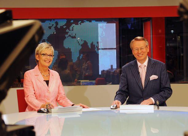73-vuotias Urpo Martikainen on ollut kymmenen vuotta eläkkeellä. Martikainen muistetaan uransa lisäksi myös Kymmenen uutisten tavaramerkistä eli oppukevennyksistä. Vierellä tässä kuvssa pitkäaikainen ankkurikollega Pirjo Nuotio.