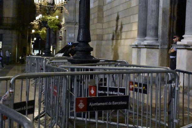 Katalonian keskushallinnon rakennusta Placa de Sant Jaunella Barcelonassa vartioivat poliisit ja sisäänkäynti oli suljettu mellakka-aidoin.