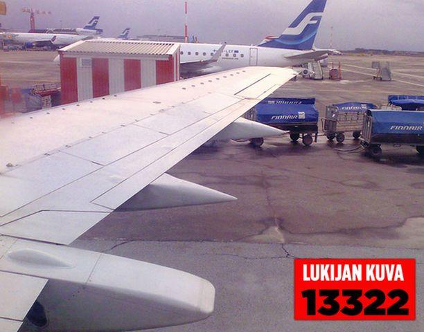 VAURIOITUNUT SIIPI Lentokoneen oikea siipi vaurioitui, kun se osui kiitorataan. Kuva on otettu koneen laskeutumisen jälkeen.