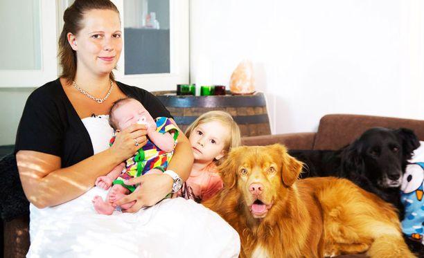 Nora elää jänniä aikoja Toisenlaiset äidit -ohjelmassa.