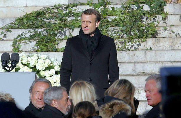 Emmanuel Macron puhui kirkon portailla.