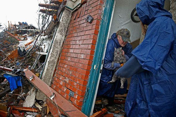 Pam Russell pelasti kissansa tuhoutuneesta kodistaan Rowlettin kaupungissa Teksasissa.