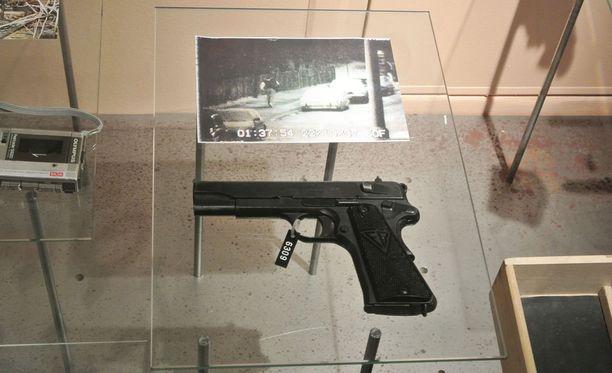 Murha-ase ja valvontakamerakuva, johon Steen Christensen tallentui pakomatkallaan.