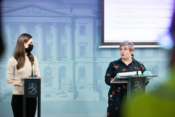 Pääministeri Sanna Marin (sd) ja valtiovarainministeri Annika Saarikko (kesk).
