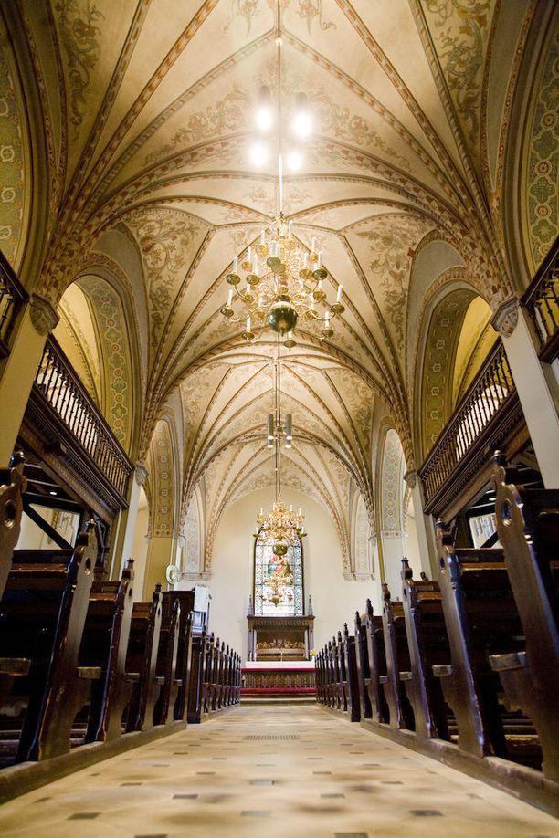 Vantaan Pyhän Laurin kirkossa käy kesäkuukausina ovet tiuhaan. Sinne on tehty jo noin 100 varausta.