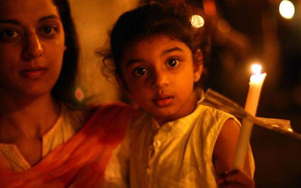 Mumbain asukkaat marssivat sunnuntaina kynttiläsaattuessa vastalauseeksi terrori-iskuille.