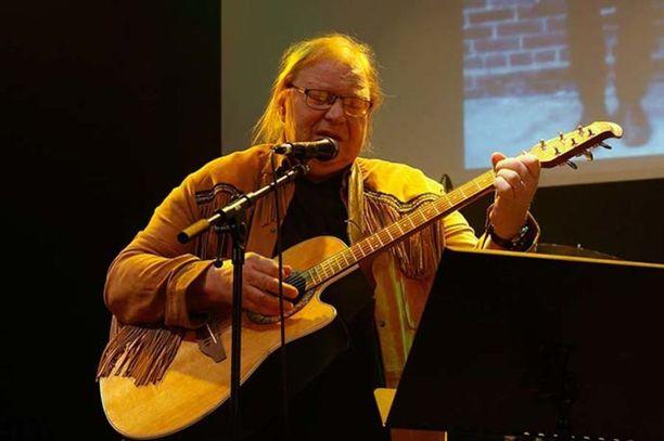 Vuoden 2016 Back to the Sixties -risteily jäi Ernos-bändin viimeiseksi. Kuvassa perustajajäsen Erno Lindahl.